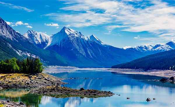 BUS-RM-PAZI Medicine Lake is located within Jasper National Park, Alberta, Canada 426274405