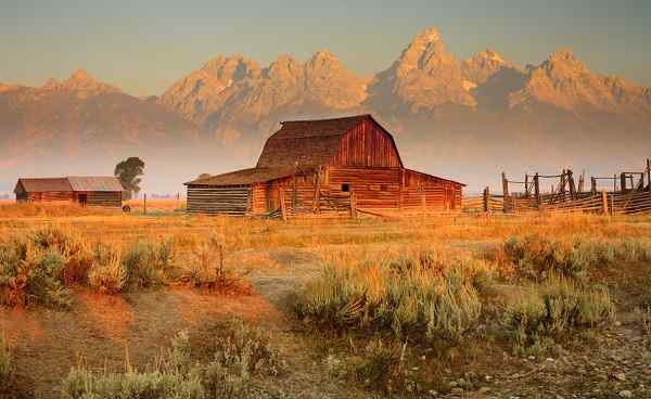 ROCKYMOUNTAINS-YELLOW Wyoming Grand Tetons mit Farmhaus 68432791